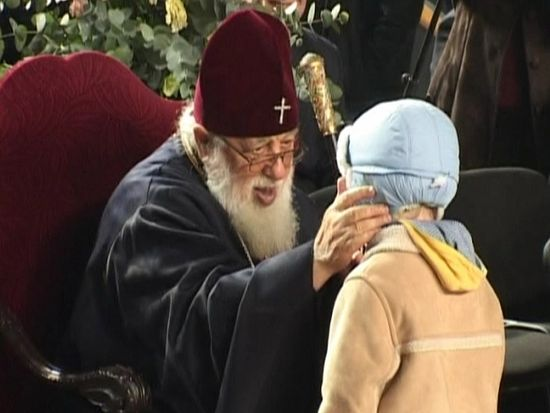 Патриарх Илия II с ребенком