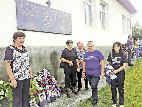 Породице страдалих јуче испред спомен-плоче у Старом Грацком (Фото Ж. Ракочевић)