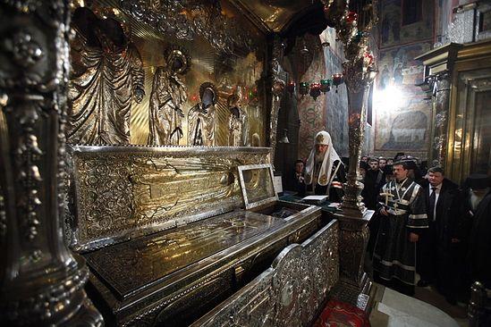 Патријарх служи молебан испред кивота с моштима преподобног Сергија