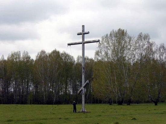 Крест, установленный мотоциклистами на месте будущего строительства Храма