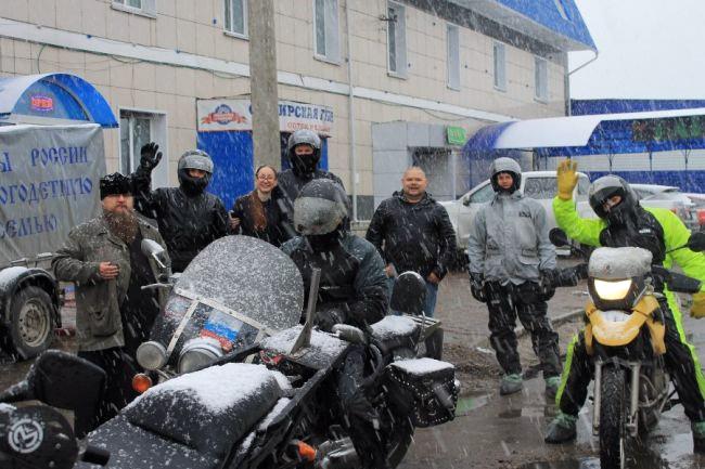 Мотоциклисты под снегом