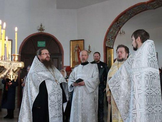 Протоиерей Сергий Рыжов на богослужении, на котором присутствуют мотоциклисты