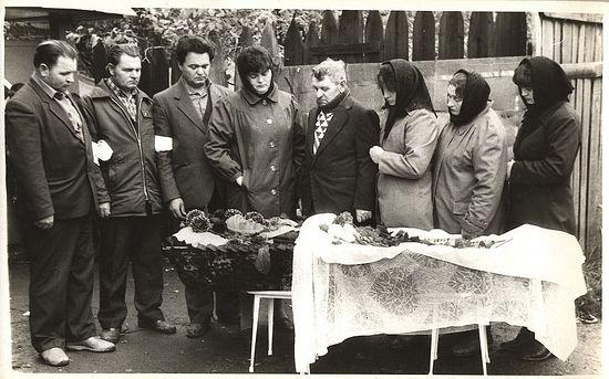 Дети у гроба матери Елены Иосифовны