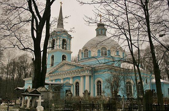 Церковь Смоленской иконы Божией Матери находится на Смоленском кладбище