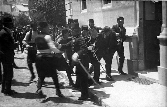 Арест Гаврилы Принципа. По версии сербского историка Владимира-Владо Дедијера на фотографии - арест Фердинанда Бера, который хотел помешать толпе линчевать Принципа.