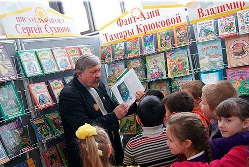 Встреча Сергея Сухинова с маленькими читателями