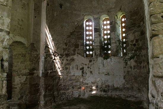 Свято-Троицкий храм, Нижний Архыз. Можно рассмотреть надписи, сделанные туристами. Фото 2013 г.