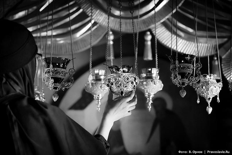 Κατά τη λάρνακα με τα λείψανα του Αγίου ..  Ιγνάτιος Μπριαντσιανίνωφ.  Φωτογραφία: Vladimir Orlov / Pravoslavie.Ru