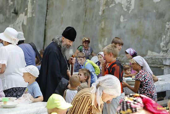 Наместник Лавры архиепископ Арсений в трапезной с детьми