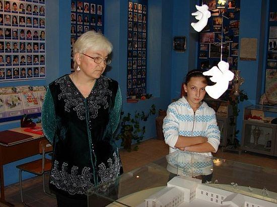 Надежда Гуриева-Цалоева с дочкой Ирой в школьном Музее памяти. 2008 год
