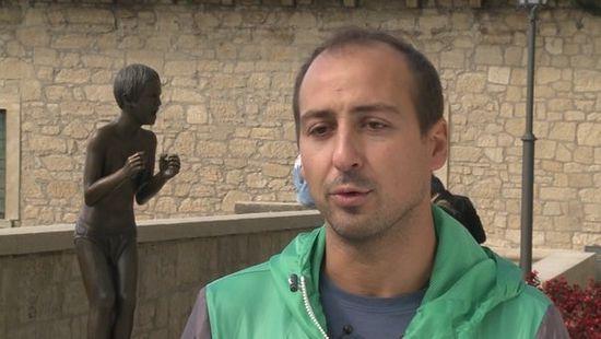 Скульптор Рензо Венди на фоне памятника детям Беслана. Кадр из фильма «Беслан. Память»