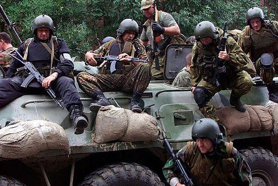 Группа спешивается. В нижней части кадра, на земле – лейтенант Туркин. Это его последнее фото. Менее чем через 2 часа он погибнет, спасая заложников. Он накроет гранату, брошенную боевиком в толпу. Текст и фото сайта www.reyndar.org