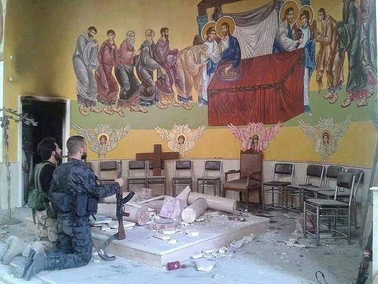 Солдаты сирийской армии молятся в разрушенном храме в Сирии