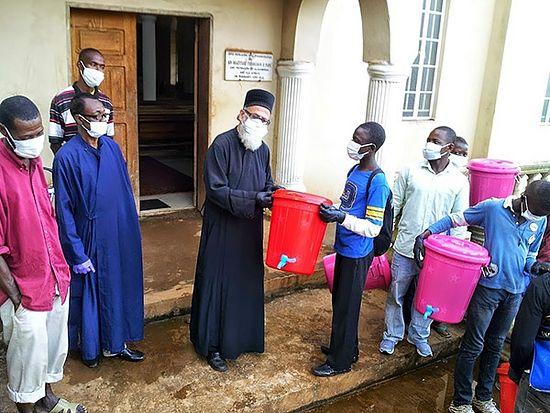 Хлорированная вода, маски, перчатки, закрытая одежда - вот и вся защита