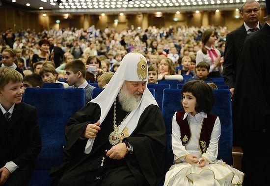 Святейший Патриарх с Милой на Рождественской елке в Кремле. 8 января 2014 г.