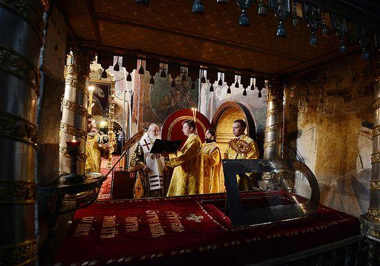 У мощей святителя Петра в Успенском соборе г. Москвы. Фото: Фото: С. Власов / Патриархия.Ru