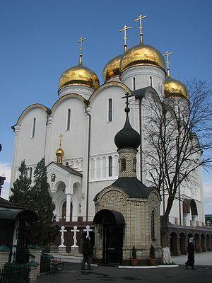Фото: Капела у којој се налази гробница о. Зосиме и Успенски храм у Никољском. Васкрс 2009.