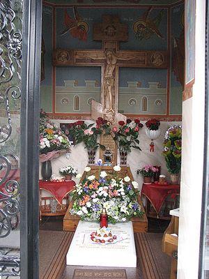 Фото: Улаз у капелу где се налази гробница о. Зосиме и Успенски храм у Никољском. Васкрс 2009.