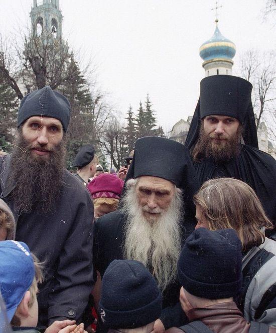 Отец Кирилл (Павлов) в окружении паломников