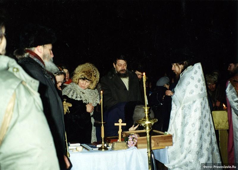 Первая служба за стенами храма. 14 февраля 1994 года. Фото: Православие.Ru