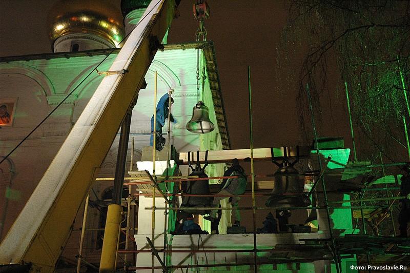 Стройка колокольни. Поднятие колоколов. Фото: Православие.Ru