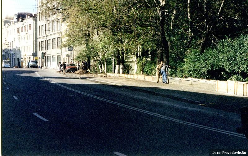 Стройка стены вокруг монастыря. Фото: Православие.Ru