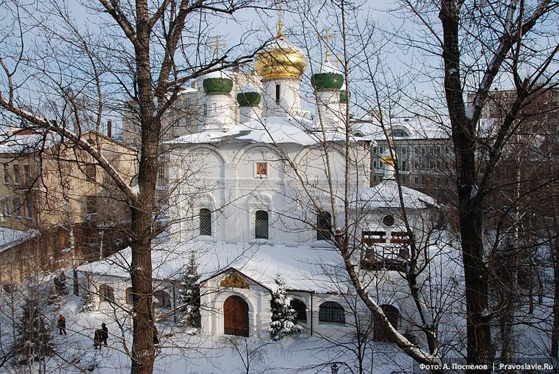 Вид на храм из окна семинарии. Фото: А. Поспелов / Православие.Ru