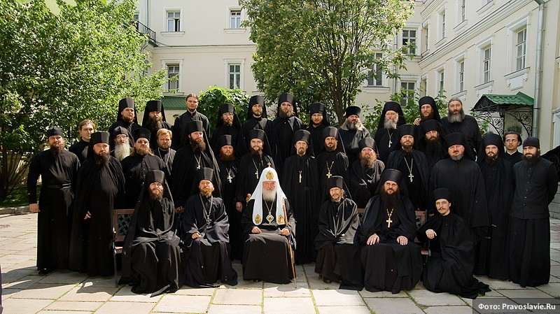 Святейший Патриарх Кирилл с братией монастыря. Фото: Православие.Ru