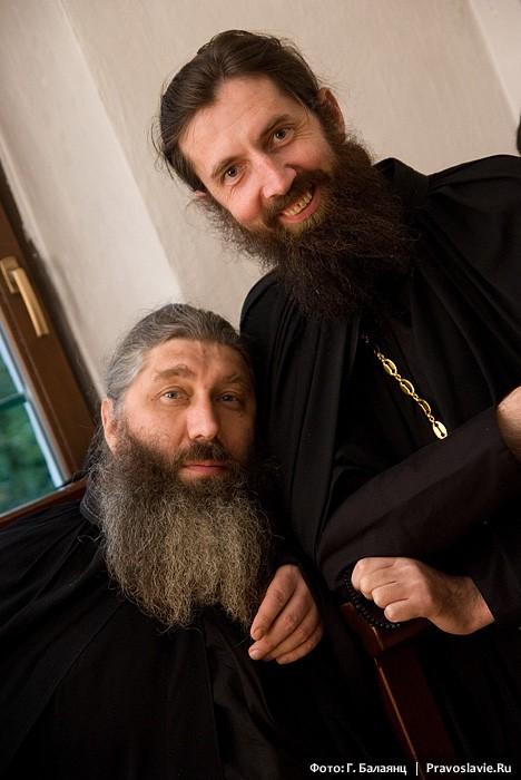 Иеромонах Лука (стоит) и иеродиакон Феофан. Фото: Г. Балаянц / Православие.Ru