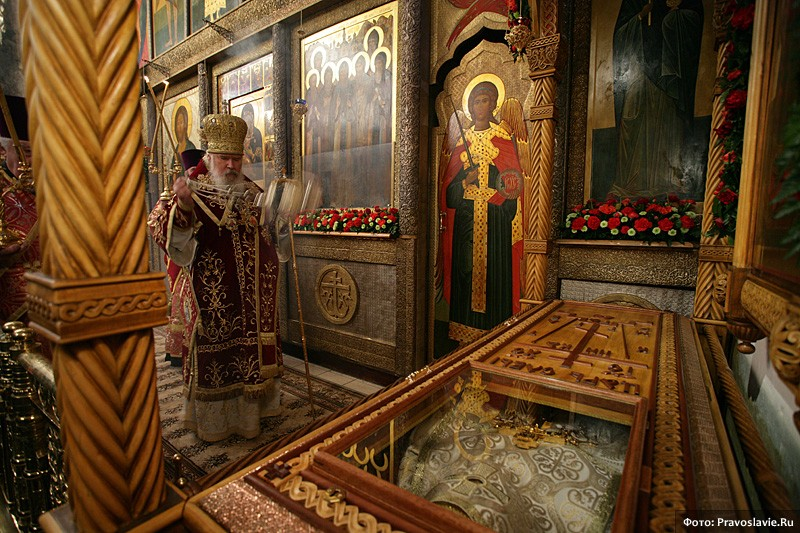 Святейший Патриарх Алексий II у раки с мощами сщмч. Илариона. Фото: Православие.Ru