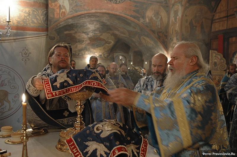 У Жертвенника. Фото: Православие.Ru