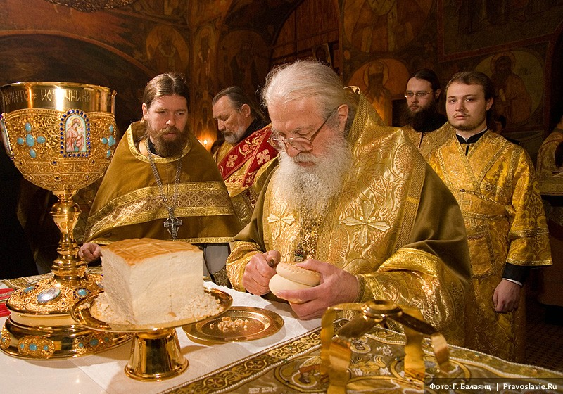 Митрополит Лавр у жертвенника. Фото: Г. Балаянц / Православие.Ru