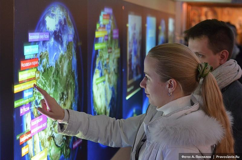 Посетители у интерактивных глобусов. Фото: А. Поспелов / Православие.Ru