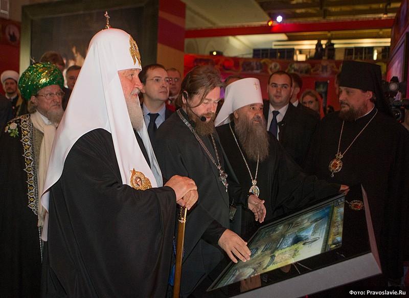 Осмотр выставки Патриархом. Фото: Православие.Ru
