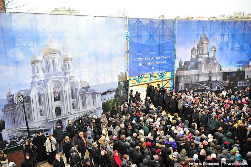 Перед освящением закладного камня. Фото: А. Поспелов / Православие.Ru