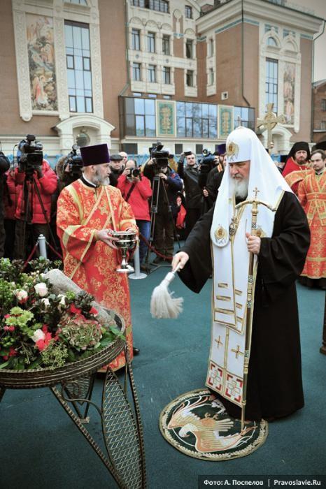 Святейший Патриарх Кирилл освящает закладной камень. Фото: А. Поспелов / Православие.Ru
