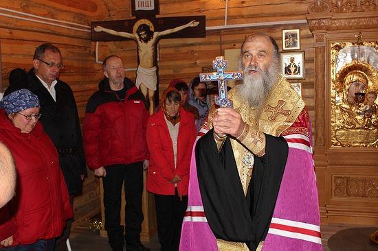 Молебен в сельском храме совершает епископ Нарьян-Марский и Мезенский Иаков