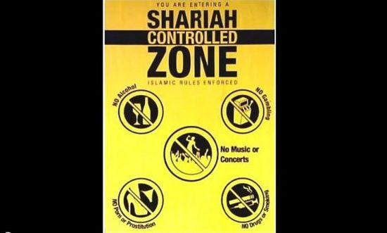 """Еще один кадр из видеоролика. Надпись гласит: """"Вы входите в зону, контролируемую шариатом. Здесь действуют исламские законы"""""""