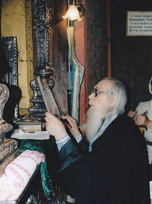 Архимандрит Кирил служи код моштију преподобног Сергија