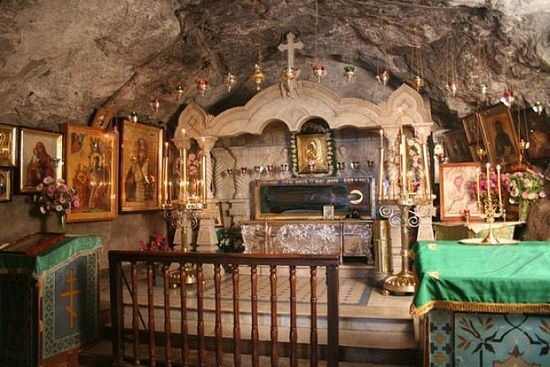 Рака с мощами преподобного Иова Почаевского в пещерной церкви Иова Почаевского