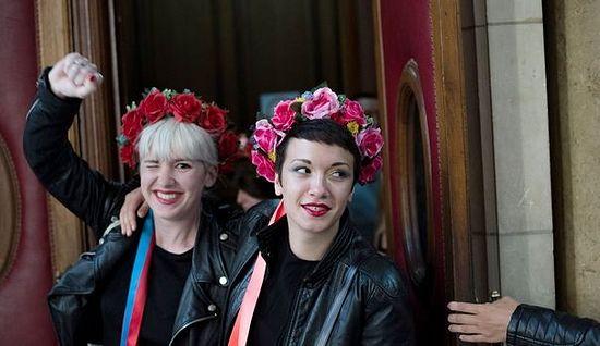 Двое из Femen покидают зал суда. 10 сентября 2014 г. afp.com/Fred Dufour