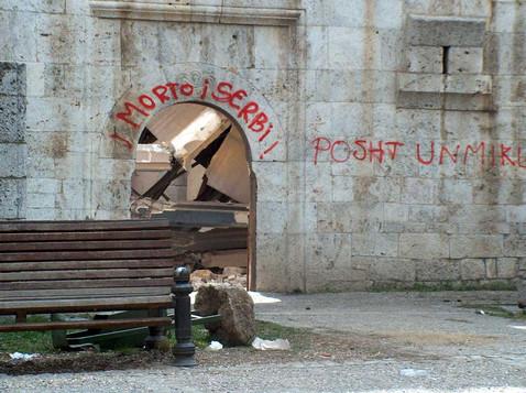 Смерть сербам - надпись на храме в Косово
