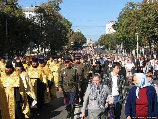 Процессия с честными мощами свт. Иоасафа следует по белгородским улица. 16 сентября 2014 года. Фото: С. Минаков / Православие.Ru