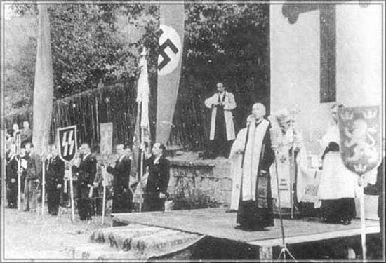 Глава униатской церкви «митрополит» Андрей Шептицкий благословляет добровольцев дивизии СС «Галичина»