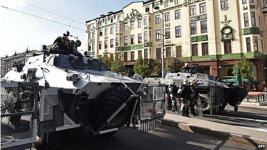 Бронетехника на улицах Белграда: гей-парад под армейской охраной. AFP