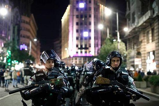 Полицейские приведены в боевую готовность. Митинг 27 сентября 2014 г. MARKO DROBNJAKOVIC/AP PHOTO