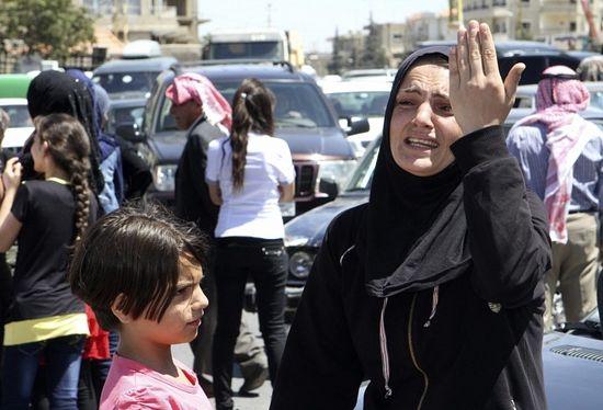 Женщина во время сидячей забастовки, организованной семьями ливанских солдат, взятых в заложники исламистами в Арсале. Эти люди требуют их освобождения. Рас Баалбек, Ливан, долина Бекаа. Фото Рейтер.