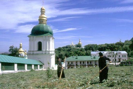 Крестовоздвиженский храм и колокольня у Ближних печер Лавры