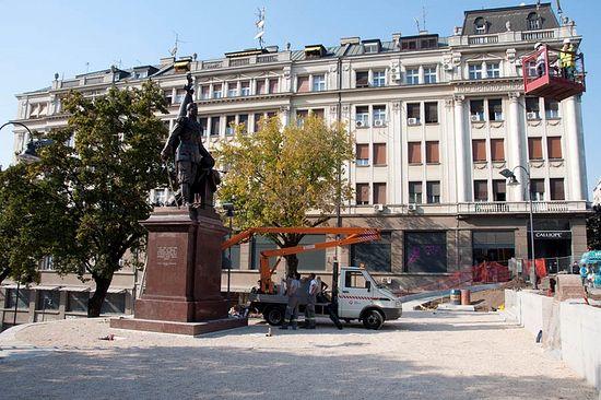 Установка бронзовой скульптурной композиции высотой 3,5 метра на постамент производилась 13 сентября с 9 до 13 часов с помощью подъемного крана. Фото: Православие.Ru / Антон Антанасиевич