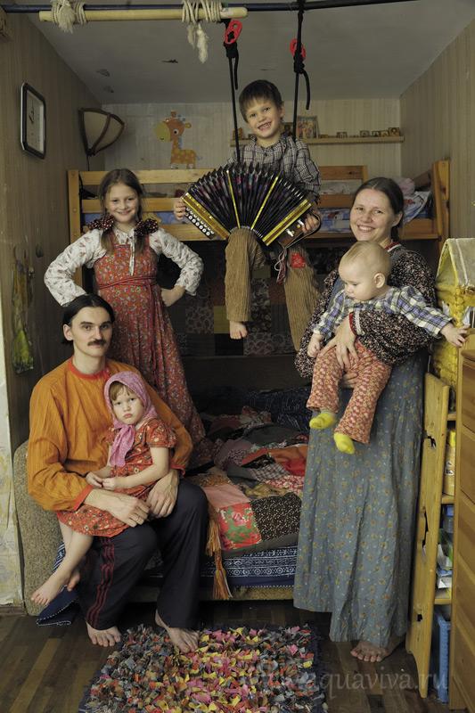Семья Полежаевых: Андрей, Наталья; дети: Екатерина (9 лет), Александр (6 лет), Мария (3 года), Фёдор (1 год)